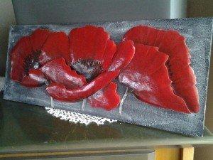 Posé sur plaque de médium poncé pâte de structure peinte en gris recouvert de blanc et pailleté