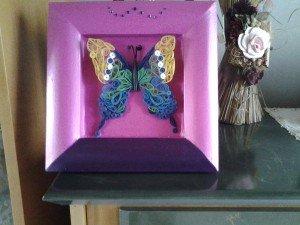 Papillon posé sur cadre de fond